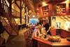 sfeervol restaurant met bar, loungehoek en biljart