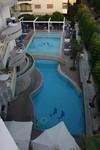 Zwembad gezien vanaf het dak
