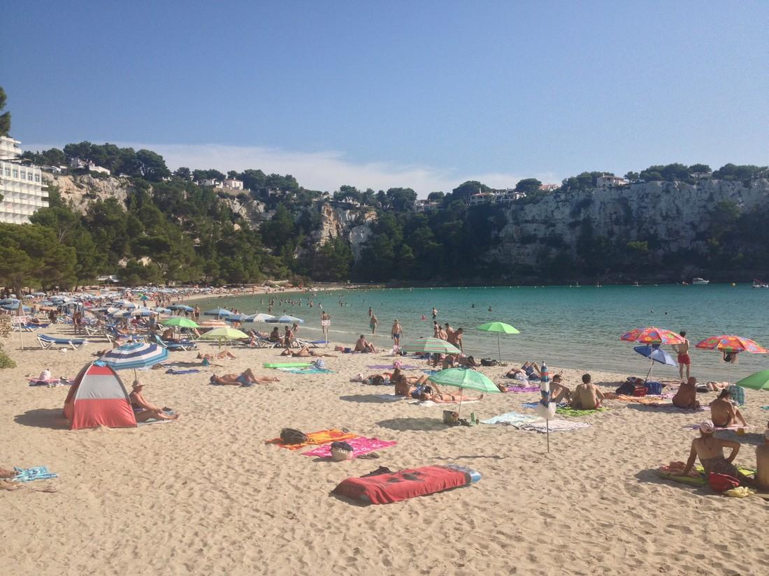 Het strand bij Cala Galdana kindvriendelijke bestemmingen op Menorca