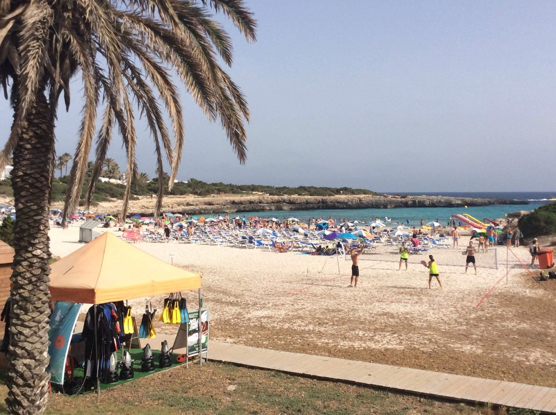 Het strand van Cala'n Bosch kindvriendelijke bestemmingen op Menorca
