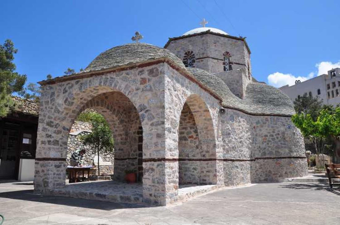kidsproof vakantie naar Santorini - klooster
