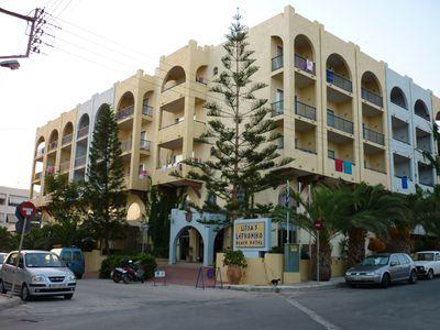 Aparthotel Lefkoniko Bay / Place